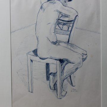 kauernder auf Stuhl